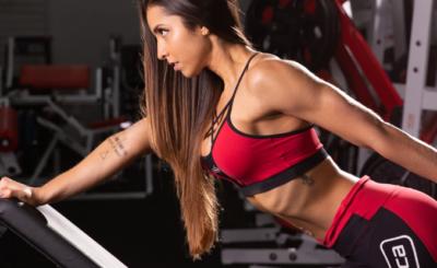 mulher fazendo exercício em post sobre proteínas time release